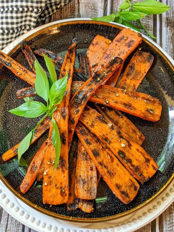 Sommerliche Salate zum Grillen und Genießen – köstliche und gesunde Rezeptideen möhren karotten grillen lecker