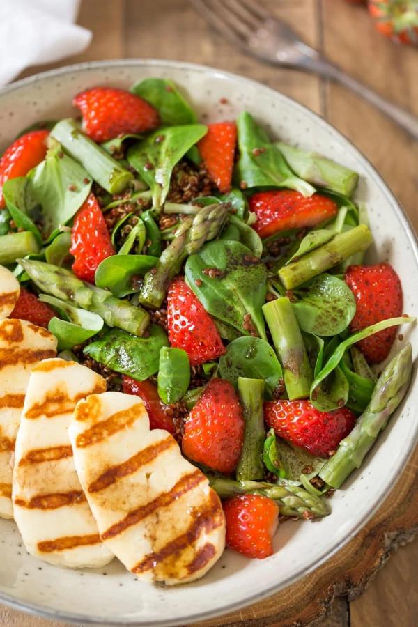 Sommerliche Salate zum Grillen und Genießen – köstliche und gesunde Rezeptideen salat erdbeeren spinat tofu