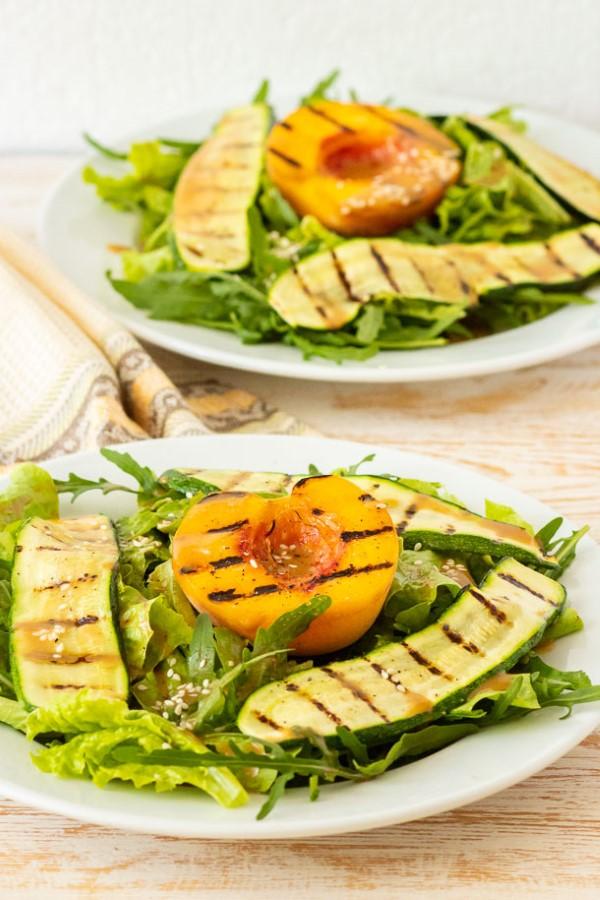 Sommerliche Salate zum Grillen und Genießen – köstliche und gesunde Rezeptideen salat mit pfirsiche grillen