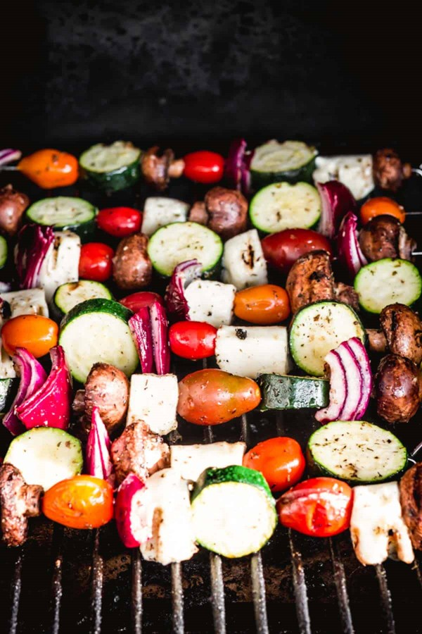 Sommerliche Salate zum Grillen und Genießen – köstliche und gesunde Rezeptideen spieße gemüse grillen