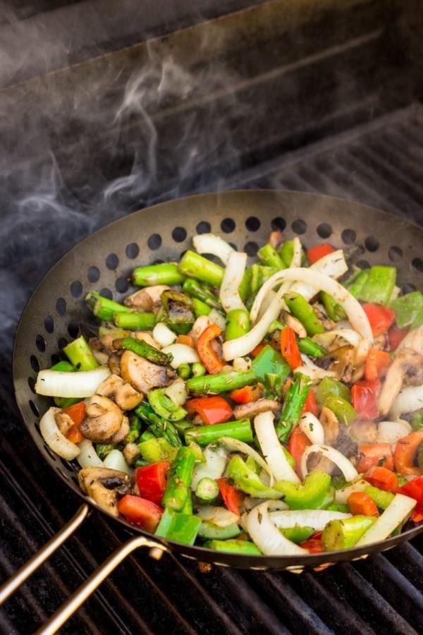 Sommerliche Salate zum Grillen und Genießen – köstliche und gesunde Rezeptideen wok grillen gemüse