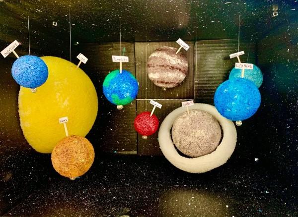 Sonnensystem basteln – kinderleichte Ideen, Anleitung und Wissenswertes über die Planeten karton schachtel diy ideen