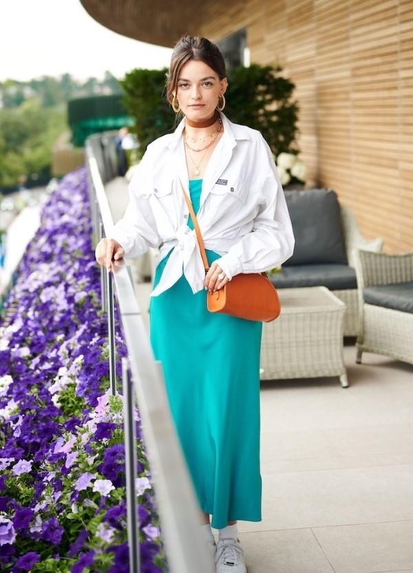Spaghettiträger Kleid – so tragen Sie dieses trendige Sommerkleid richtig blau kleid mit hemd