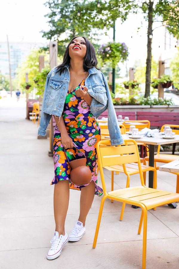 Spaghettiträger Kleid – so tragen Sie dieses trendige Sommerkleid richtig bunte sommer looks sneakers