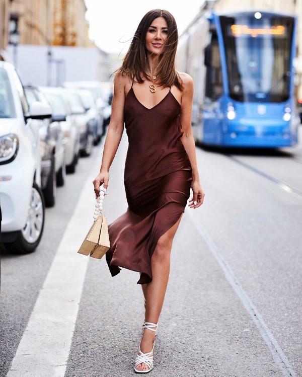 Spaghettiträger Kleid – so tragen Sie dieses trendige Sommerkleid richtig burgunder rot kleid alltag