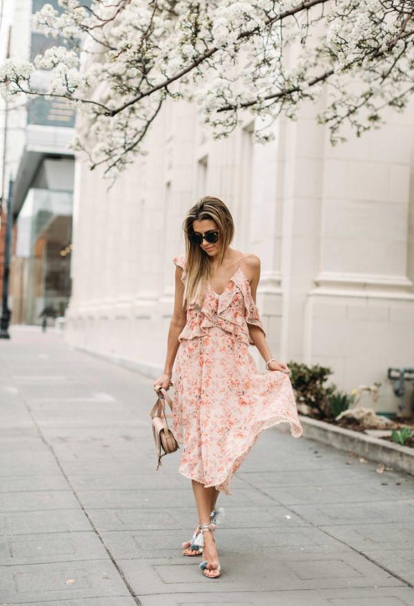 Spaghettiträger Kleid – so tragen Sie dieses trendige Sommerkleid richtig frühling muster kleid