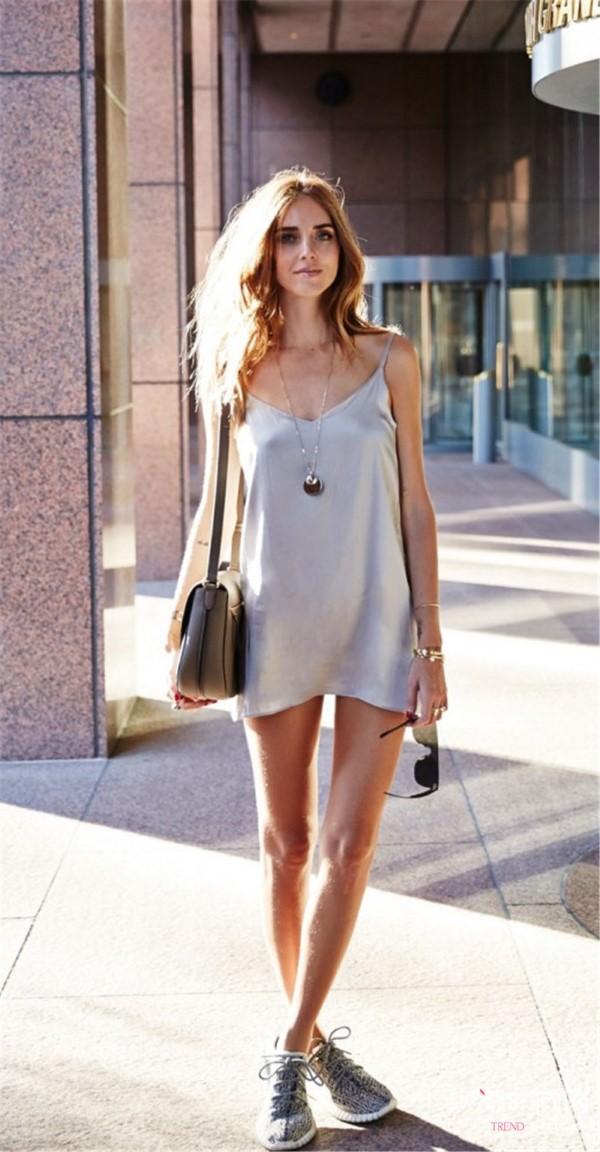 Spaghettiträger Kleid – so tragen Sie dieses trendige Sommerkleid richtig mini kleid jugendliche sneakers