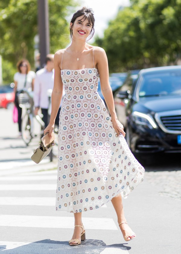 Spaghettiträger Kleid – so tragen Sie dieses trendige Sommerkleid richtig muster kleid sandalen sommer