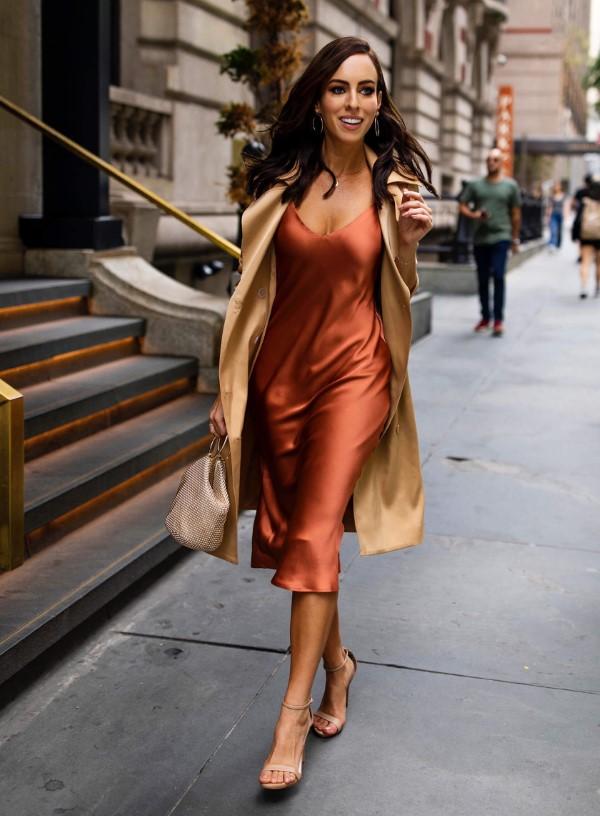 Spaghettiträger Kleid – so tragen Sie dieses trendige Sommerkleid richtig rost kleid mit trench