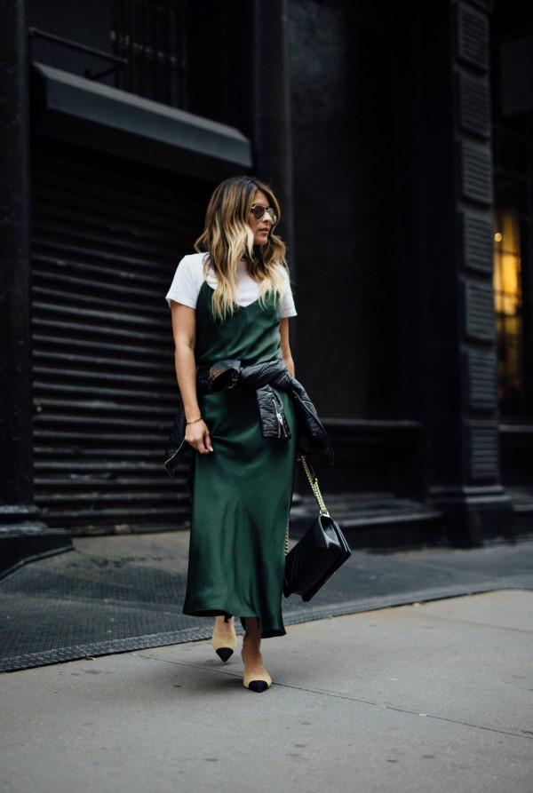 Spaghettiträger Kleid – so tragen Sie dieses trendige Sommerkleid richtig samt grün kleid t shirt