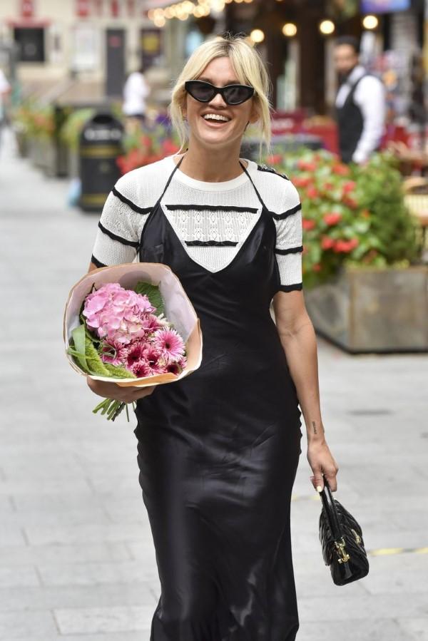 Spaghettiträger Kleid – so tragen Sie dieses trendige Sommerkleid richtig schwarz kleid mit t shirt