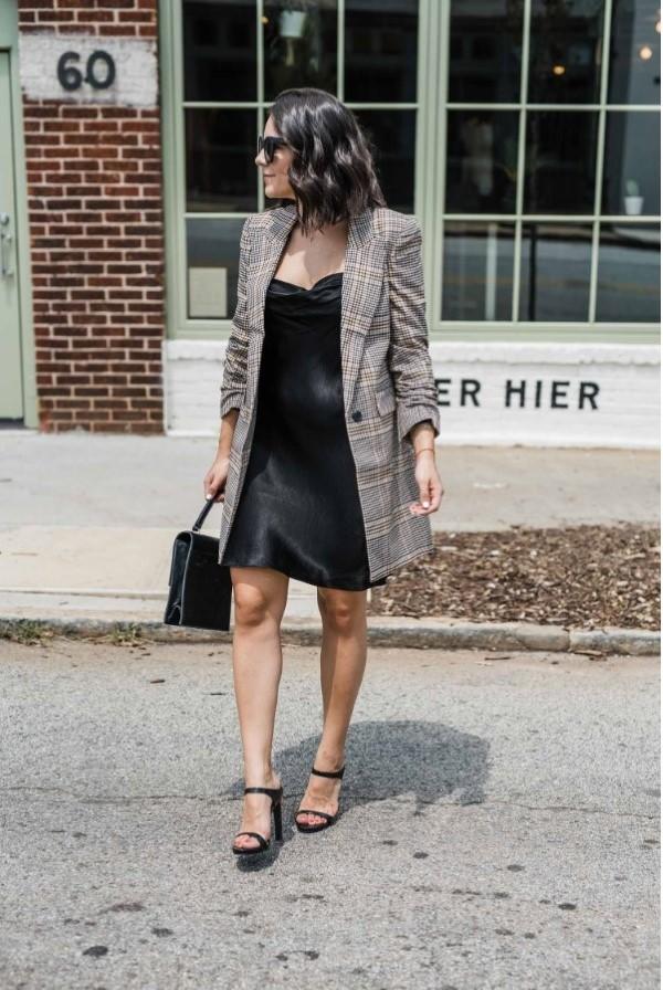 Spaghettiträger Kleid – so tragen Sie dieses trendige Sommerkleid richtig schwarze midi kleid blazer