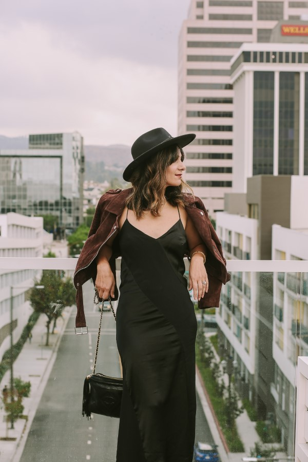 Spaghettiträger Kleid – so tragen Sie dieses trendige Sommerkleid richtig schwarzes kleid lederjacke hut
