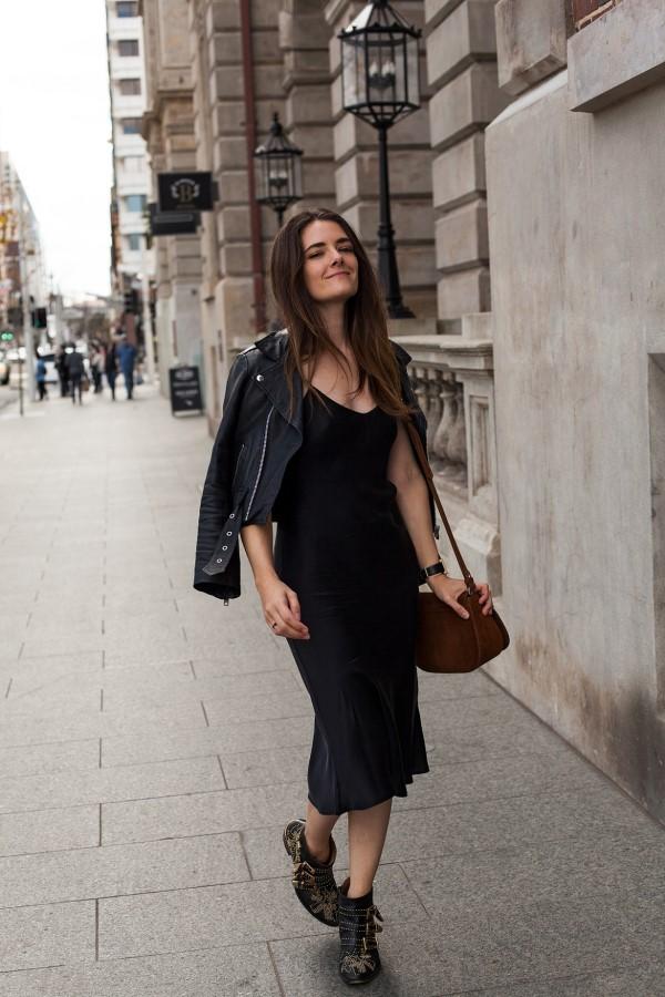 Spaghettiträger Kleid – so tragen Sie dieses trendige Sommerkleid richtig schwarzes kleid mit lederjacke