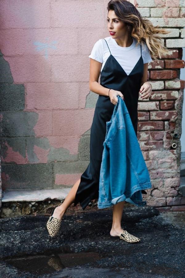 Spaghettiträger Kleid – so tragen Sie dieses trendige Sommerkleid richtig t shirt schwarzes kleid denim jacke