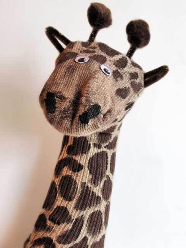 Spielzeug basteln mit Socken Giraffe