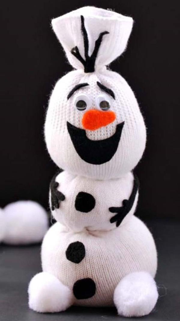 Spielzeug basteln mit Socken Schneemann