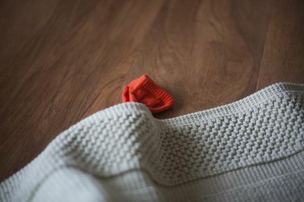Spielzeug mit Socken basteln Katzenspielzeug Fisch unter dem Teppich