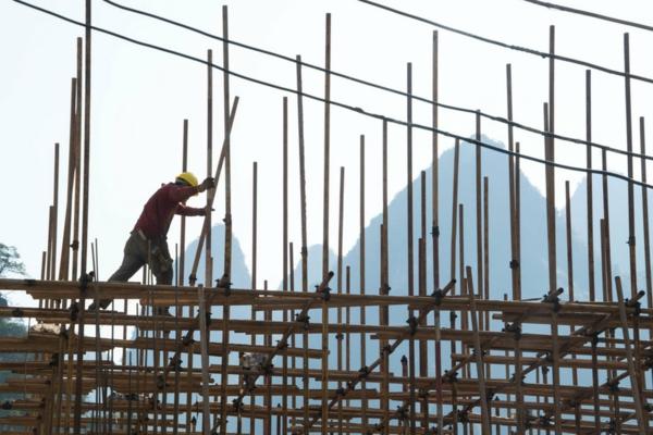 Wie schnell wächst Bambus Bambusgerüst Bauarbeiter