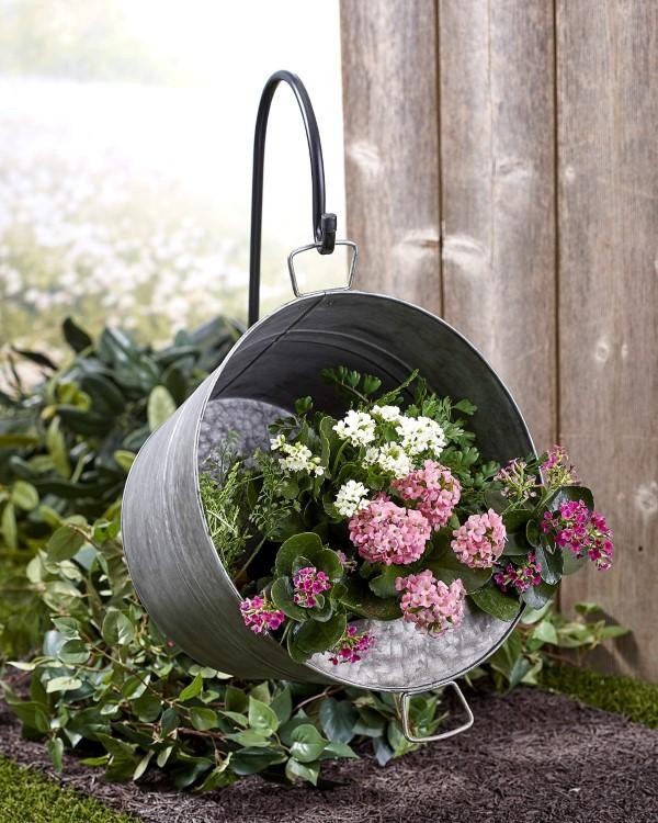Zinkwanne dekorieren – Ideen und Tipps für eine rustikale Gartendeko hängende garten ideen