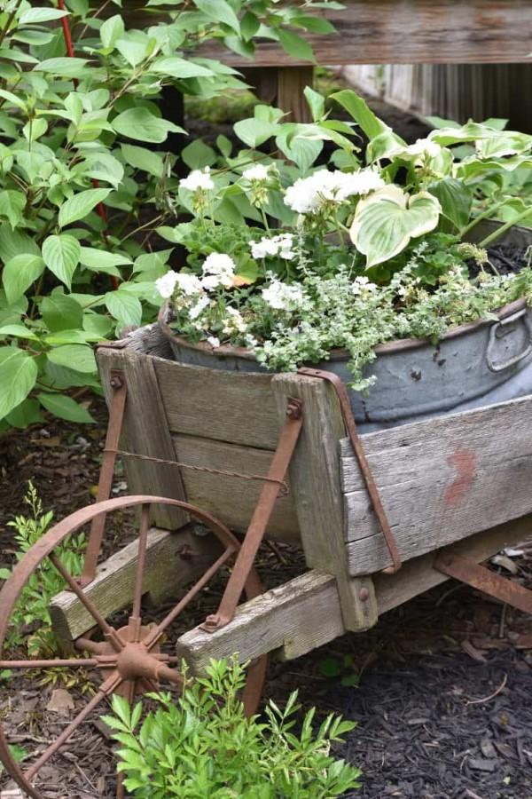 Zinkwanne dekorieren – Ideen und Tipps für eine rustikale Gartendeko hochbeet in wagen ideen