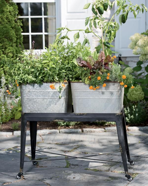 Zinkwanne dekorieren – Ideen und Tipps für eine rustikale Gartendeko hochbeet mit tisch wanne