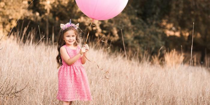 rosatöne wandfarbe kind mit ballon