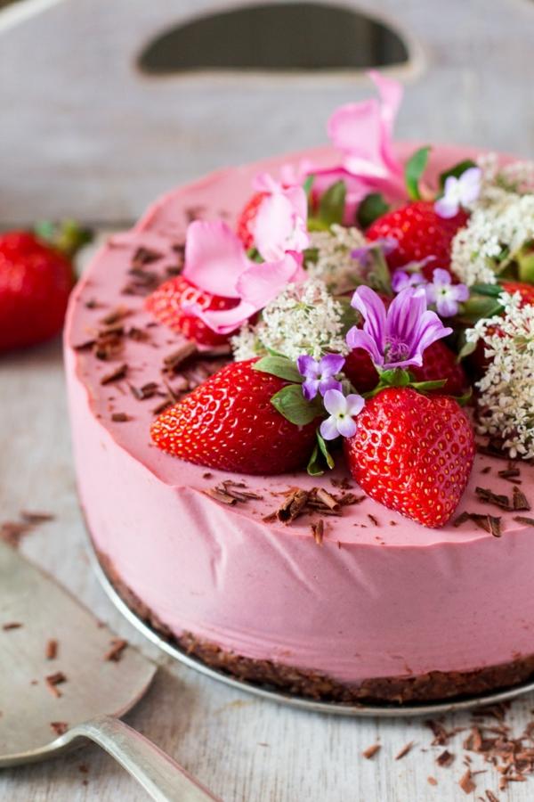veganer no bake erdbeerkuchen mit essbaren blüten
