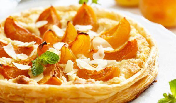 Aprikosenkuchen mit Schmand mit gehobelten Mandeln darauf richtiger Blickfang