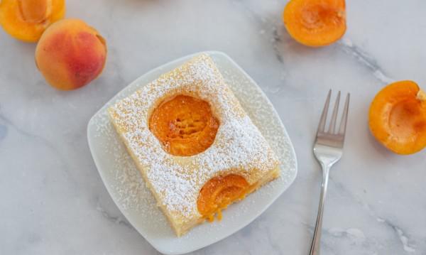 Aprikosenkuchen vom Blech ein Stück auf dem Teller serviert