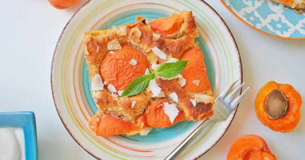 Aprikosenkuchen vom Blech mit halbierten Früchten klassisches Rezept