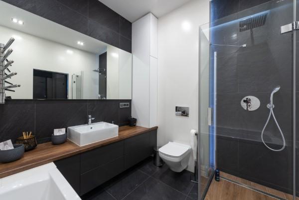 Badezimmerlampen – Kaufratgeber rund um die Beleuchtung schwarz weiß badezimmer licht