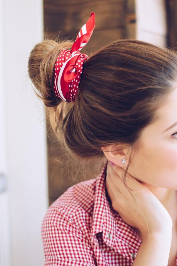 Bandana Frisuren für den Sommer – stilvolle Styling-Ideen für jede Haarlänge dutt roter tuch hübsch