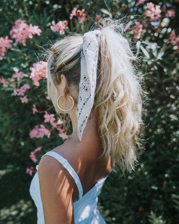 Bandana Frisuren für den Sommer – stilvolle Styling-Ideen für jede Haarlänge hoher pferdeschwanz weiß