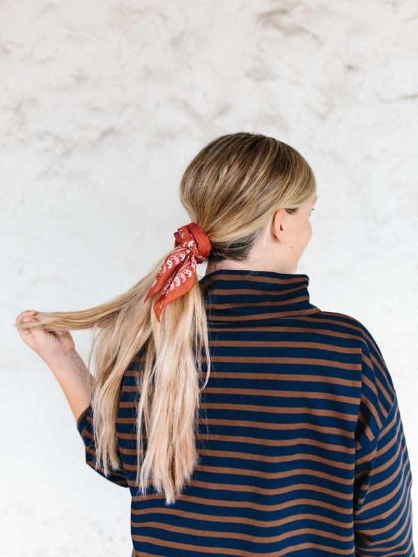 Bandana Frisuren für den Sommer – stilvolle Styling-Ideen für jede Haarlänge pferdeschwanz diy rot