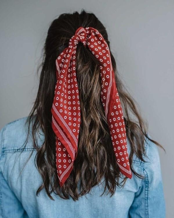 Bandana Frisuren für den Sommer – stilvolle Styling-Ideen für jede Haarlänge pferdeschwanz rot volumen