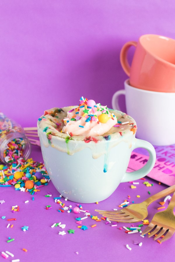 Einfache, schnelle und gesunde Tassenkuchen Rezept Ideen aus der Mikrowelle funfetti streusel zucker vanille