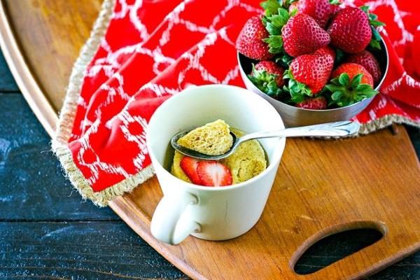 Einfache, schnelle und gesunde Tassenkuchen Rezept Ideen aus der Mikrowelle vanilla erdbeer kuchen