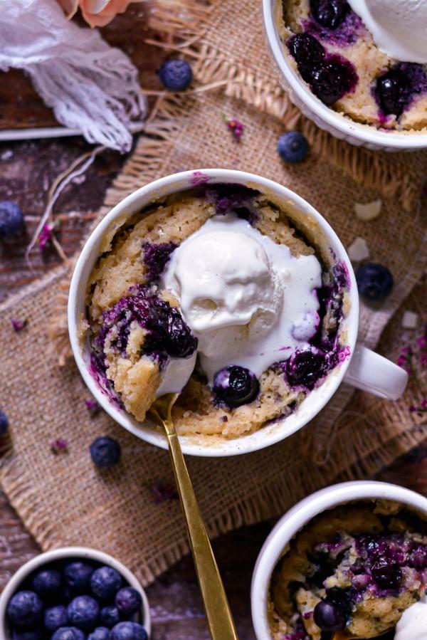 Einfache, schnelle und gesunde Tassenkuchen Rezept Ideen aus der Mikrowelle vanille kuchen blaubeeren sahne