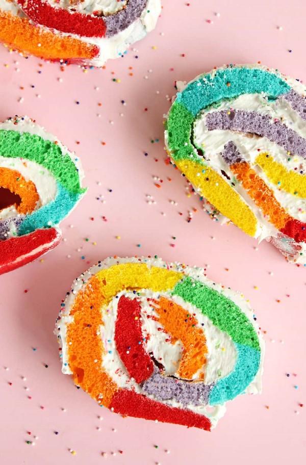 Farbenfrohe und köstliche Regenbogenkuchen Rezept Ideen sahnerolle kuchenrolle