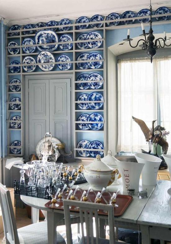 Farbpaare Blickfang Regal mit Deko Teller in blau-weiß schöne Retro Gestaltung