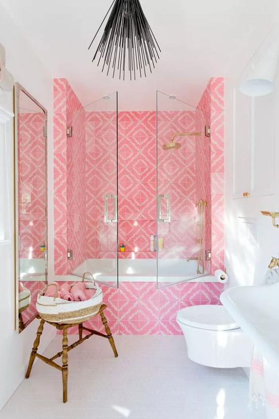 Farbpaare Retro Bad in Rosa und Weiß geflieste Badewanne rosa Fliesen Glastüren weißer Boden