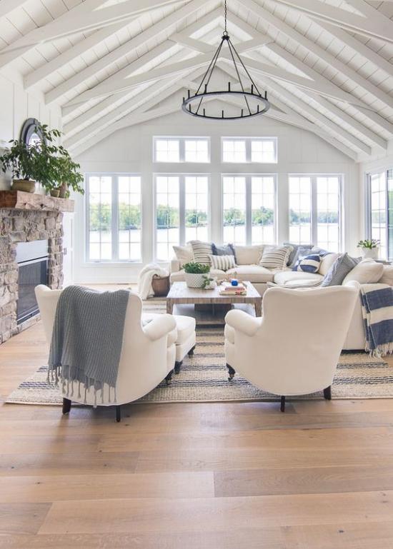 Farbpaare beliebte Farbkombination Blau und Weiß gemütliches Wohnzimmer mit maritimem Flair