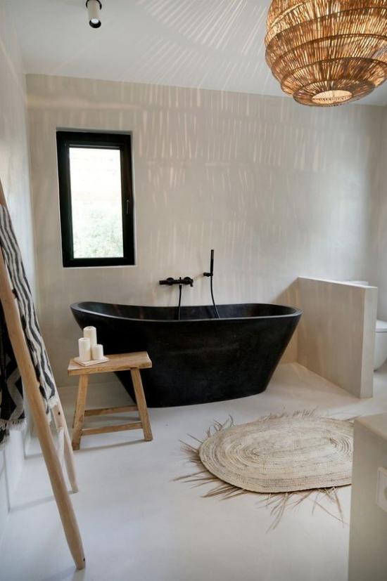 Farbpaare das perfekte Bad in Schwarz und Creme schwarze Badewanne cremefarbene Wände etwas Holz andere Naturmaterialien