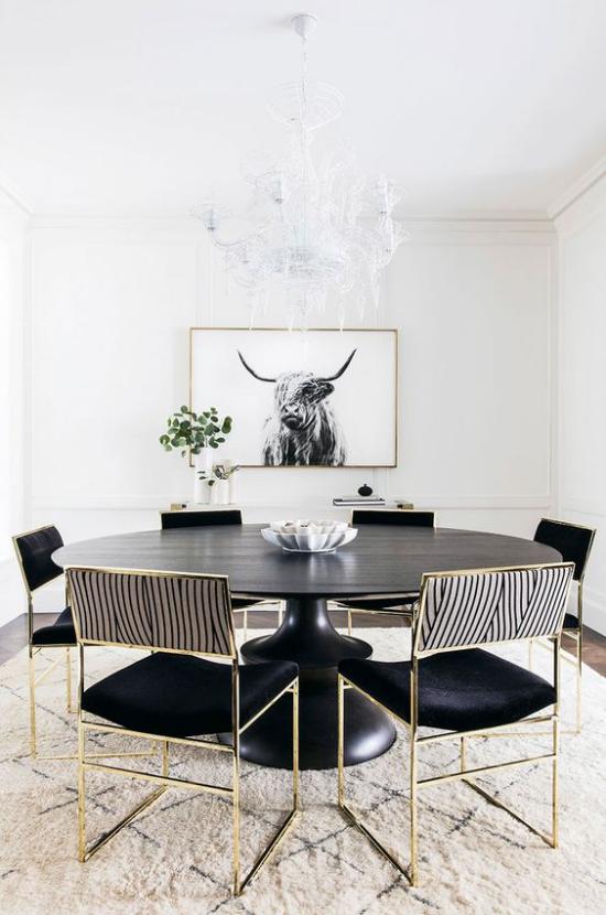 Farbpaare elegantes Esszimmer modern gestaltet in Schwarz und Weiß Metallic-Glitzer auf Stuhlbeinen und Bilderrahmen Wandbild