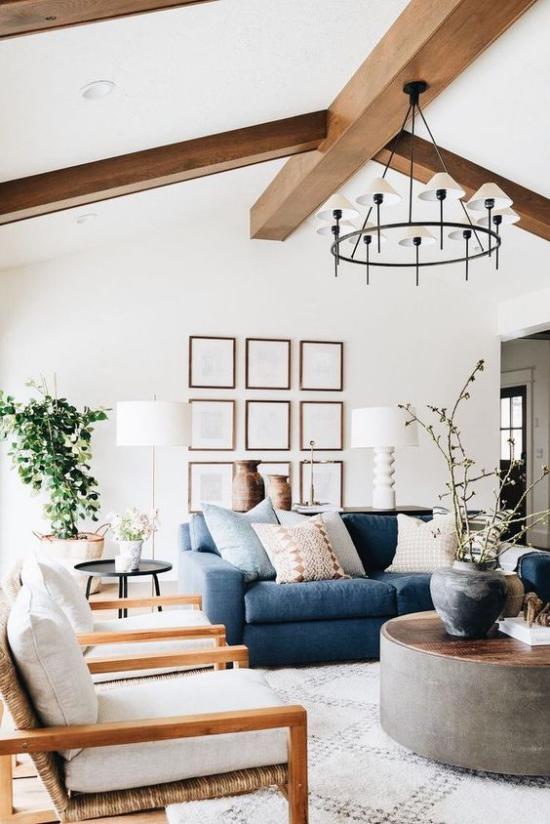 Farbpaare gemütliches Wohnzimmer im Landhausstil verschiedene Blaunuancen kombinieren den Ombre-Effekt erreichen auf dem Sofa