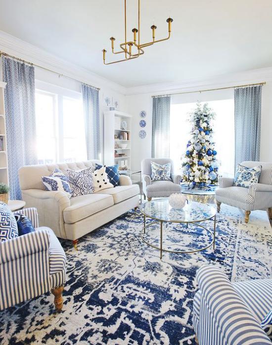 Farbpaare gemütliches Wohnzimmer in Blau und Weiß gestaltete weihnachtlich geschmückt