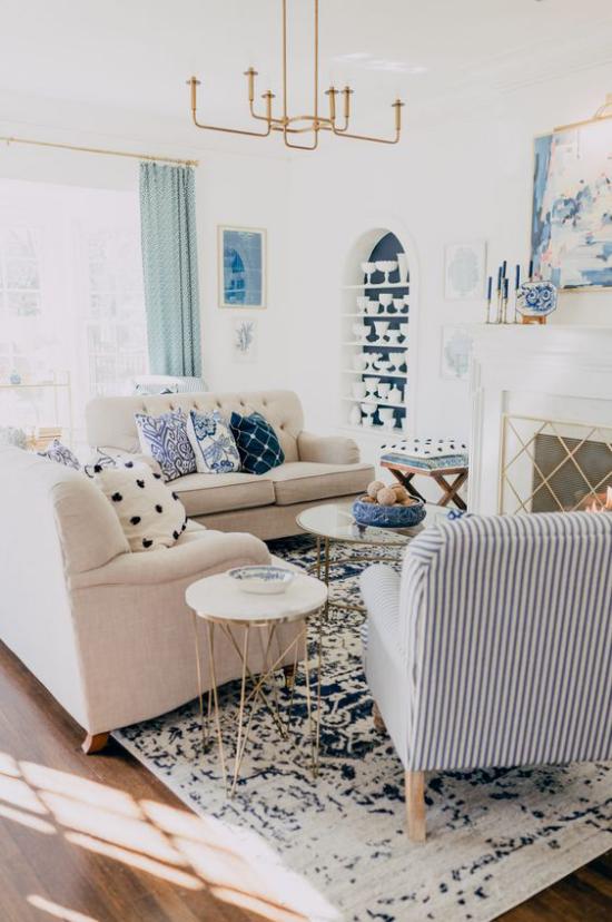 Farbpaare gemütliches Wohnzimmer in hellen Farben Creme dominiert blaue Akzente Muster auf dem Teppich Deko Kissen