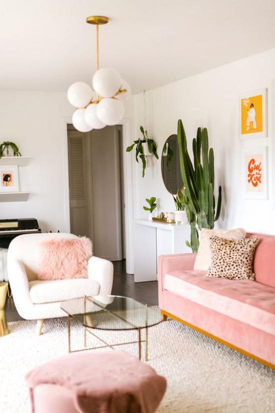 Farbpaare gemütliches Wohnzimmer rosa Sofa Deko Kissen weißer Teppich Sessel grüne Topfpflanze frische Note romantische Raumatmosphäre