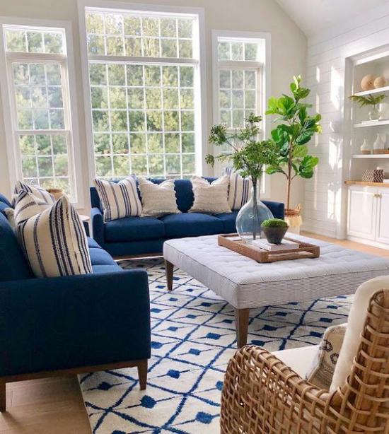 Farbpaare klassisch gestaltetes Wohnzimmer Marineblau und Weiß unwiderstehliches Duo Sofa Teppich Wurfkissen
